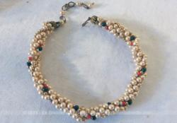 Ancien collier torsadé sur 5 rangs avec des perles différentes.
