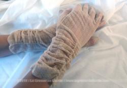 Ancienne paire de gants mi-longs en fine dentelle mécanique datant des années 60 avec fronces au poignet.