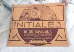 """Voici un ancien catalogue de la """"Collection J.S """" pour des modèles """"d'initiales et monogrammes"""", classiques et modernes pour la lingerie et le linge de maison."""
