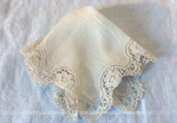 Ancien petit mouchoir de mariée en coton écru soyeux et sa bordure en dentelle.