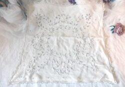 Napperon carré de 46 x 46 cm en coton de lin blanc et dentelle de Richelieu.