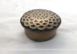 Belle toute petite boite pilulier en laiton avec de belles incrustations d'arcades sur le couvercle.