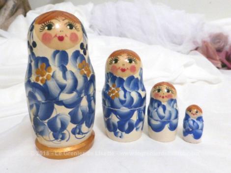 Jeu de 4 anciennes petites poupées russes signées, avec de beaux dessins de pétales bleus.