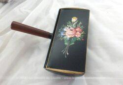 Ancien ramasse-miettes laqué en noir recouvert d'un dessin peint à la main et son manche en bois.