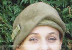 Ancien chapeau en feutre vert pale avec un petit nœud sur un grand coté et un revers sur l'autre.