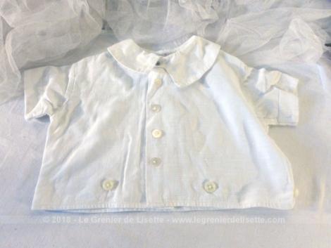 Tout en coton, voici une ancienne petite veste à manches courtes pourbébé avec ses bouton pour être portée avec un bloomer.