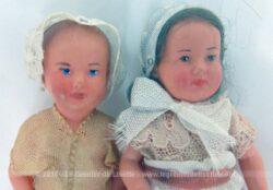 Duo d'adorables et anciennes poupées miniatures, idéales pour créer ses propres habits et leurpetite maison de poupée exclusive.