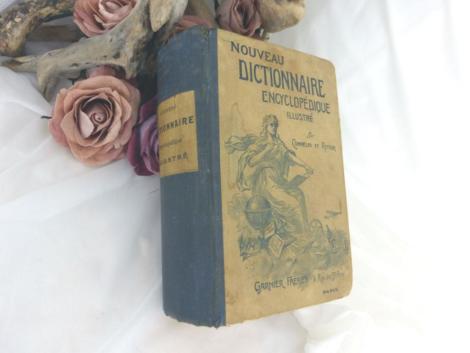 """Datant de 1910 , voici le """"Nouveau Dictionnaire Illustré"""" rédigé d'après Le Dictionnaire National de Bescherelle mis à jour par P. Commelin et E. Ritter."""