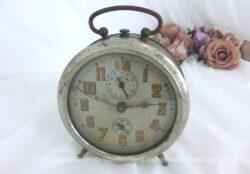Ancien réveil en métal, entièrement patiné par le temps avec des traces d'oxydation et proposé à titre de décoration vintage ou loft .