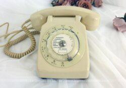 """Voici un ancien téléphone de couleur ivoire de la marque """"Temat Quimper"""" modèle vintage S63 à cadran datant des années 80."""