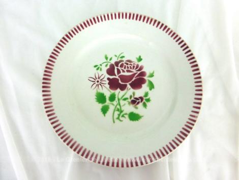 Lot de quatre assiettes plates en demi porcelaine, K.G. Luneville modèle Plombières représentant une rose centrale et un frise de stries sur la bordure.