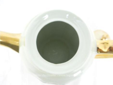 Superbe ancienne cafetière verseuse en porcelaine aux décors subtils de mélange d'or et de fleurs.