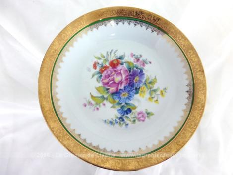Voici un petit compotier signé Odette Dugraindelorge, avec un dessin d'un bouquet coloré au centre et de volutes dorées sur tous les bords.