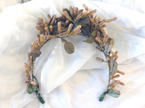 Ancienne belle couronne de mariée avec ses fleurs en cire.