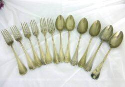 Lot de couverts en métal argenté jaune comprenant 6 fourchettes et 6 cuillères avec plusieurs poinçons au dos.