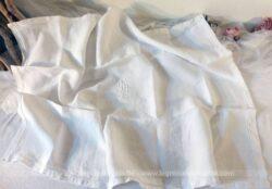 Ancien couvre oreiller aux monogrammes TH brodées au centre réalisé dans un beau coton blanc avec un bel ourlet surligné au point bourdon.