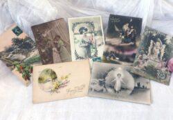 Sept anciennes cartes postales de modèles différents, datant des années 30 mais toutes pour souhaiter un Joyeux Noël .