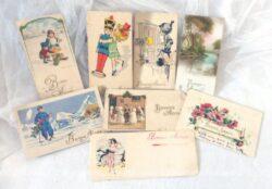 Huit mini anciennes cartes postales de Joyeux Noël, panachage des années 40, 50 et 60 mais toutes avec un petit coté rétro attendrissant.