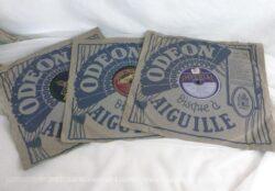 Trio d'anciens disques à aiguille 78 T en cire avec pochette Odéon du début du siècle dernier.