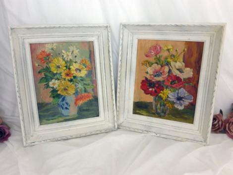 Voici un assortiment de deux peintures à l'huile représentant des bouquets de fleurs. L'encadrement est patiné tendance shabby.