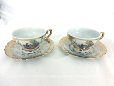 """Tête à tête en porcelaine Italienne, avec 2 tasses et 2 sous-tasses estampillées """"Made in Italy"""" sur fond doré et scènes romantiques."""