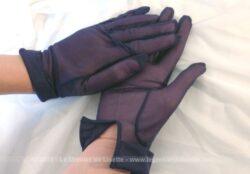 Anciens gants bleu marine de la marque Filex. Ils sont en nylon transparent avec un petit revers au poignet et datent des années 50.