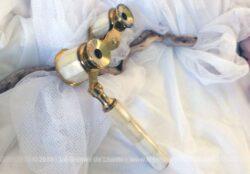 Ancien face à main, jumelles de théatre en nacre et laiton, avec un bras qui se replie, idéal pour le théâtre ou les concerts.