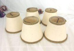 Voici 5 petits et anciens abat jour à poser sur ampoule. Ils sont en papier cartonné épais avec leur système de fixation en métal à l'intérieur.