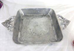 Ancien plat carré en fonte d'aluminium aux anses décoratives et ouvragées.