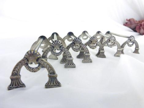 """Vraiment superbes ces six anciens porte couteaux en métal argenté dont les deux faces identiques représententune arche avec des dessins en reliefs façon """"Empire""""."""