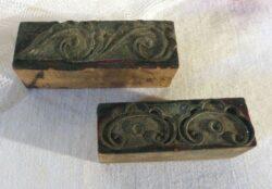 Deux anciens petits tampons sur bois dont les motifs sont un mélange de volutes et d'arabesques pour réaliser de beaux modèles de broderies comme autrefois.