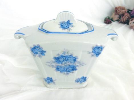 """Dans le style Art Nouveau, voici un ancien sucrier aux fleurs bleues. Il est en porcelaine estampillée """"Modèle UF France""""."""