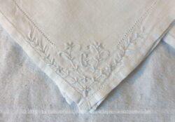 Trois anciens mouchoirs avec monogramme G en coton de lin avec jour de Venise et dans un angle des broderies d'une guirlande de fleurs brodées !