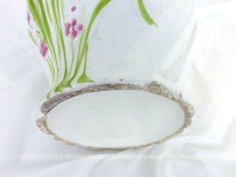Adorable ancien pichet blanc en belle céramique avec en relief sur le devant un bouquet de fleurs vert et rose. Très tendance shabby .