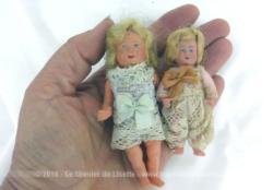 Duo d'adorables et anciennes poupées miniatures, idéales pour créer leur propres habits et une petite maison de poupée exclusive.