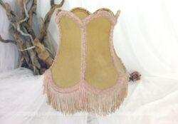 Ancien abat jour à franges vintage et shabby par sa forme à six pans et la couleur rose de son galon et de ses franges.
