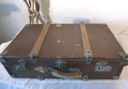 Idéale en meuble de décoration, voici une ancienne belle valise en bois, qui aimerait bien se poser un peu pour vous raconter ses beaux voyages.