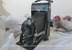 Datant des années 30, voici un ancien appareil photo à soufflets Ikonta Zeiss Ikon de marque allemande et sa sacoche en cuir.