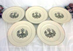 Voici un lot de cinq assiettes Longchamp modèle Tarente, dont le motif couleur sépia est une grande guirlande de fleurs prise dans des arabesques et volutes.