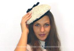Ancien chapeau béret avec noeud noir avec sur le dessus un joli noeud en velours noir. Ce béret est réalisé en sisal synthétique blanc.