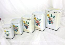Ancien ensemble de 5 pots à épices en métal émaillé blanc, de différentes tailles, pour le poivre, le thé, le café, la farine et le sucre.
