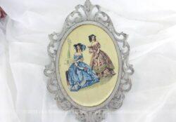 Ancien cadre ovale en métal revisité shabby mettant en scène avec de la soie des femmes au temps du XVIII et XIX° siècle. Pièce unique.