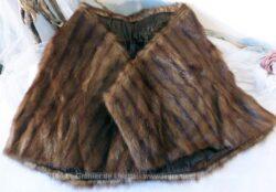 Ancienne petite cape fourrure entièrement doublée, idéal pour couvrir les épaules.