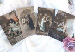 Voici un lot de 4 anciennes cartes postales représentant des amoureux au début du siècle dernier, de 1916 à 1922.