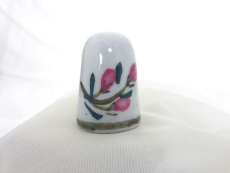 Dé à coudre céramique peint à la main avec le dessin d'un fleur.