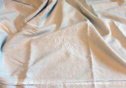 Ancien grand drap en métis aux monogrammes PC avec sur toute sa largeur un superbe et large jour sur tout le revers. Pièce unique.