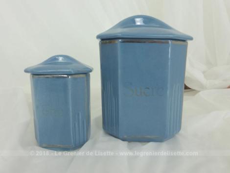 Deux anciens pots à épices en céramique bleu, un pour le sucre et l'autre pour le thé le tout dans une tendance très Art Nouveau et shabby à la fois .