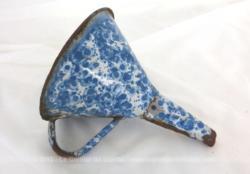 Voici un très beau et ancien entonnoir émaillé chiné bleu et blanc, rempli d'authenticité avec ses petits éclats et sa belle patine de rouille.