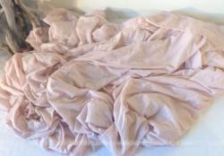 Voici un grand coupon de tissus rose pastel en nylon extensible de 280 x 180 cm.