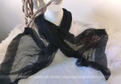 Ancienne grande étole noire en crêpe de 190 x 75 cm .